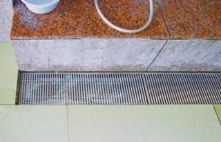 水(お湯)は畳の表面を流れて排水溝へ流れます。