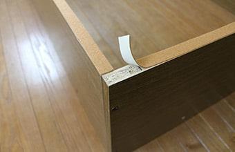 付属の保護テープを貼れば床を傷付けません。